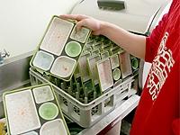 容器は回収型。経費を抑えるだけでなく、食べ残しでご利用者様の体調チェックもできる